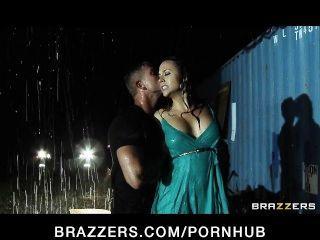 Atemberaubende Preston Big-tit Frau Chanel Wird Im Regen Gefickt