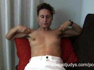 47-jährige Schüchtern Milf Inge Spreizt Ihre Beine