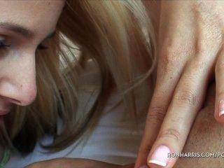 Sprudelnde Blondinen Spielt Mit Ihrem Sex-spielzeug