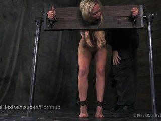 Cherie Deville Gehänselt Und In Unbequemen Bondage Gequält