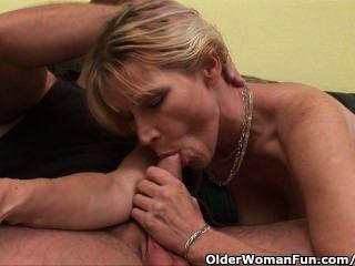 ältere Mutter Mit Großen Titten Und Haarige Muschi Bekommt Gesichts