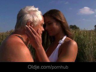 Big Boobs Teeny Fickt Ein Oldman Am Strand