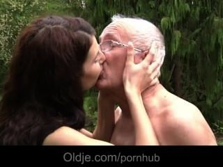 Oldman Verführt Und Von Einem Flittchen Teeny Gefickt