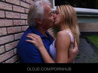 Opa Bekommt Sexuelle Entschuldigung Von Fiesen Teeny