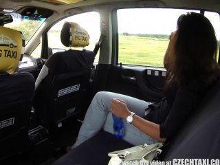 Mehrere Weibliche Orgasmus Auf Dem Rücksitz Czechtaxi