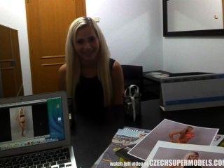 Blonde Modell Saugt Mittel Für Einen Besseren Job