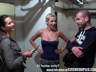 Schöne Tschechische Paar Bekommt Für Gf Wechselgeld