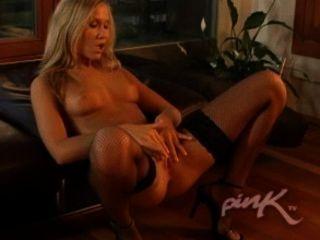 Rauchen Heiße Blondine Masturbiert Auf Dem Sofa