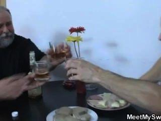 Blonde Mädchen Haben Spaß Fucking Mit Reife Frau Und Alter Mann
