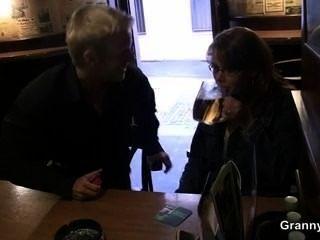 Vollbusige Reife Schlampe Wird In Der Bar Abgeholt Und Gefickt