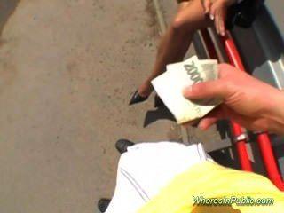 Junge Vollbusige Teenager Braucht Bargeld