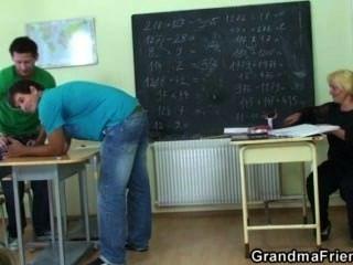 Böse Reifen Lehrer Wird Von Zwei Geile Schüler Schlug