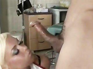 Lassen Die Krankenschwester Einen Blick (nichts Schüchtern Zu Sein über)