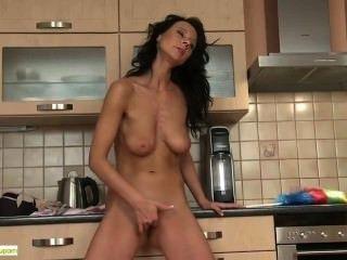 Atemberaubende Milf Enza Dildos In Der Küche Pussy