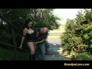 Opa Ficken Eine Schöne Brünette Babe Und Geben Oralsex