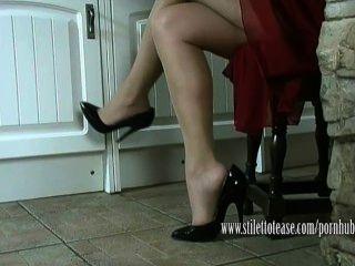 Heiße Hausfrau Baumelt Ihre Stilettos Und Neckt Ihre Schiere Nylon Beine