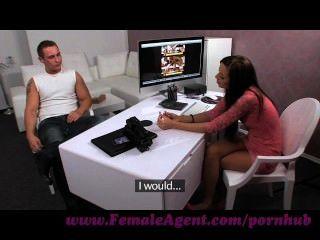 Weiblicher Agent. Massiven Abspritzen Aus Alter Hase