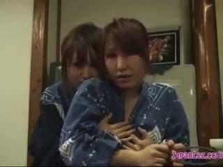 Asiatinnen Lesben Dominiert Unschuldiges Mädchen Und Kuss & Ihre Brustwarzen Saugen