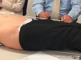Niedliche Asiatische Büro Babe Wird An Den Tisch Gefesselt Und Gefickt
