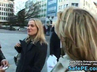 Eine Hübsche Blondine In Der öffentlichen Platz Einführung
