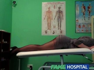 Gefälschte Krankenhaus G-punkt Massage Bekommt Heiße Brünette Patienten Nass