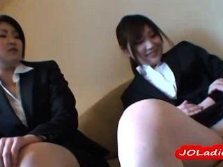 Bürodame Immer Ihre Muschi Mit Vibrator, Während Andere Dame Wat Stimuliert