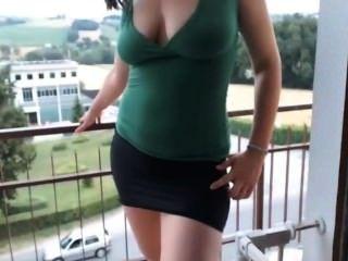 Mädchen Mit Brille Auf Dem Balkon Masturbiert
