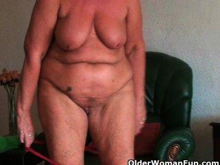 Sexuellste Oma Sandie Reibt Ihre Gepiercte Klitoris