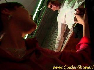 Pisse Durchnässte Goldenen Dusche Schlampe