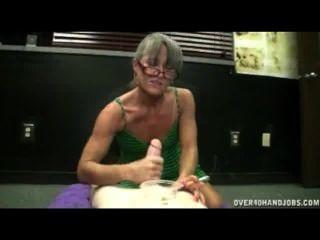 Reife Dame Gibt Handjob Während Das Rauchen