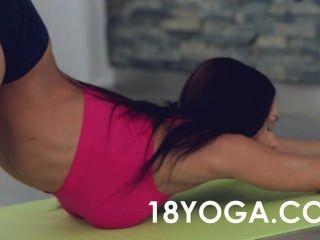 Yoga Jugendlich Kitana Locken Anal Auf Ball Gefickt