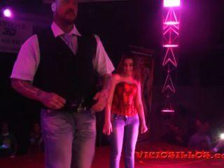 Rob Diesel Und Mädchen Aus Dem öffentlichen Erotische Show Auf Der Bühne Von Viciosillos.com
