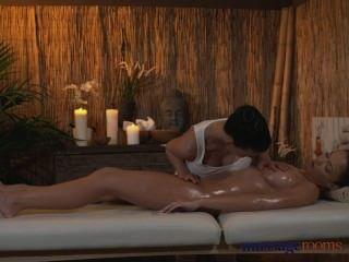 Massageräume Lesben Mit Erstaunlichen Brüste Gibt Ihr Klient Eine Sinnliche Zeit
