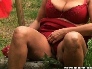 Chunky Mature Hausfrau Mit Großen Titten Masturbiert Im Freien